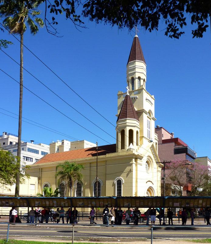 Eine der wenigen Kirchen in der Stadt, die nicht auf allen Seiten von Hochhäusern umzingelt ist.