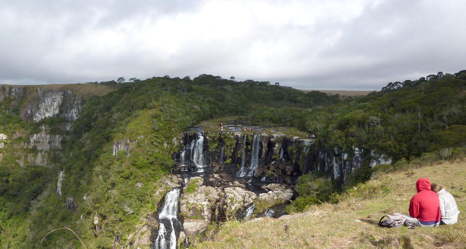 Viele Touristen klettern über die Absperrungen um eine besseren Blick auf den Wasserfall zu haben - oder um ungestört zu sein.